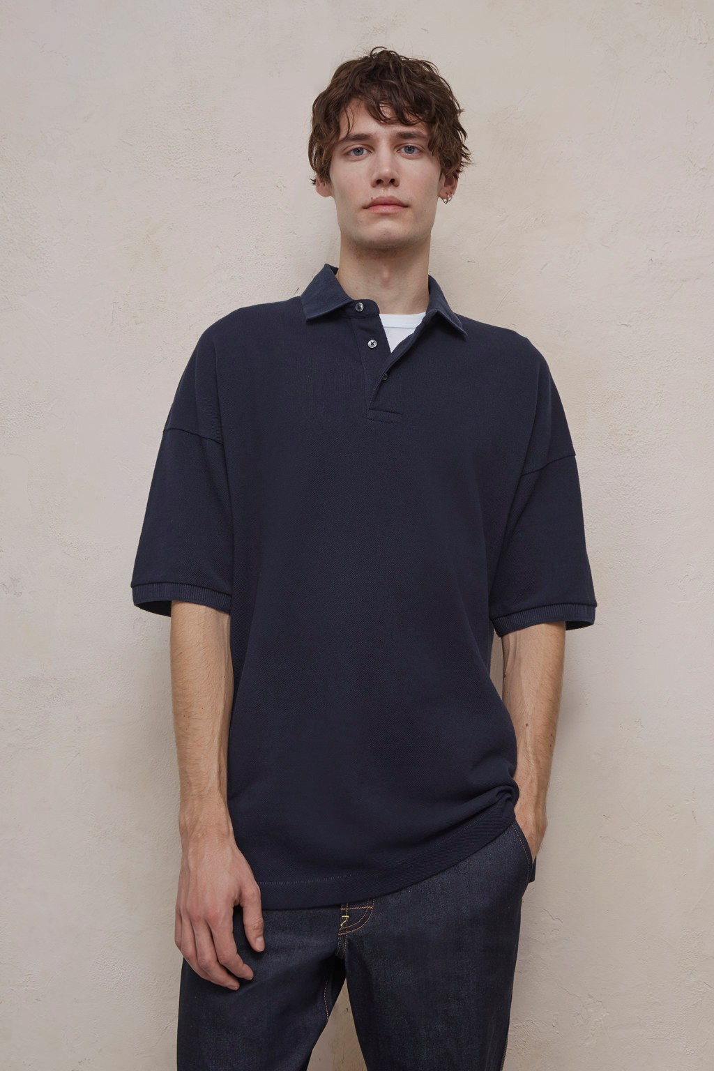 Here are a few examples of how you can style your oversized polo shirt: A black polo thats in a good condition is as good as any button down shirt. For a retro,gentlemanly look, grab one in an old school knit fabric. A polo in a strong colour is a good way to give the jeans you wear everyday an update.